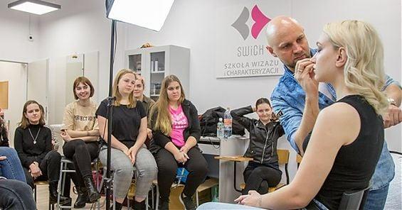 Daniel Sobieśniewski prowadzi warsztaty w Szkole Wizażu i Charakteryzacji SWiCh